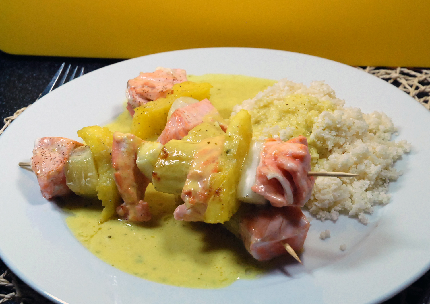 Lachs-Spieße auf Curry-Kokos-Schaum / Salmon-Skewers on curry-coconut-spume