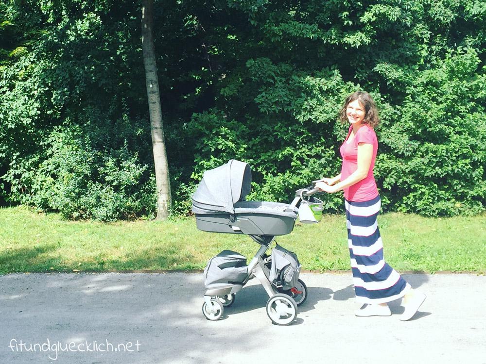 Hello Baby Stadtpark - Mama mit Kinderwagen