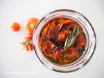 Eingelegte Tomaten mit Rosmarin und Thymian