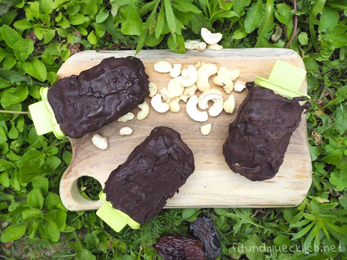 Cremiges Cashew Eis mit salziger Karamellschicht und Schokolade