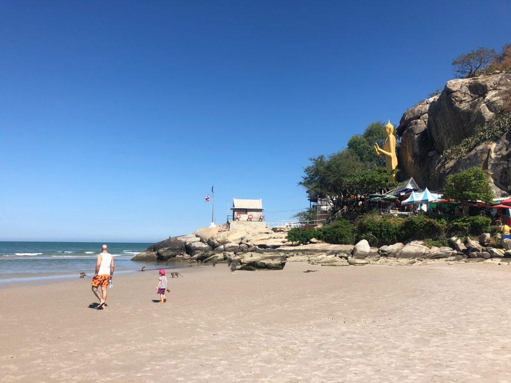 Nong Dao Beach in Hua Hin, mit Golden Buddha und vielen Affen, Thailand